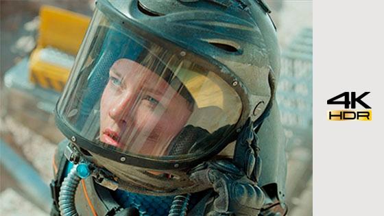 Foto de astronauta con reflejo de colores brillantes en el casco