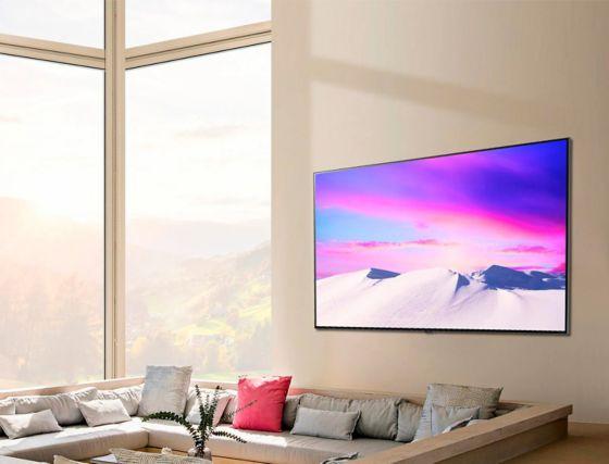 Una escena que muestra el gran y delgado televisor LG NanoCell colgado en posición horizontal contra la pared.