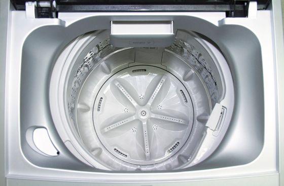 Amplio compartimiento para detergente.