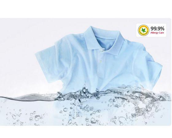 prenda de vestir en agua color azul claro.