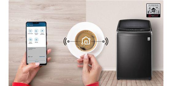 Manos tomando café y conectando a su teléfono para poder manipular el producto.