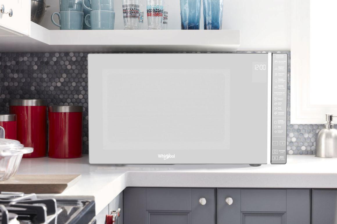 Horno Whirlpool en ambiente de cocina con acabado tipo espejo.