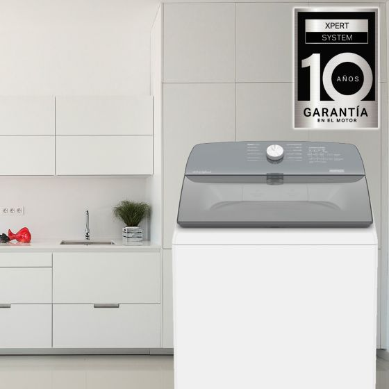Lavadora Whirlpool Xpert System de 22 Kg de capacidad ambientada en una cocina blanca.
