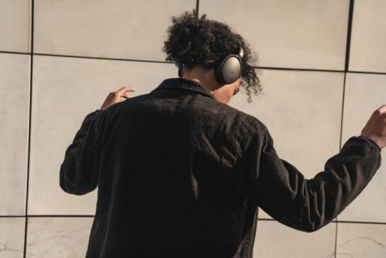 Hombre con audífonos HD 350 bluetooth de Sennheiser negros.