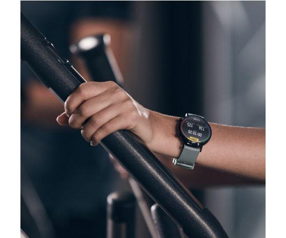 Mujer entrenando con el Watch GT 2 de 42mm