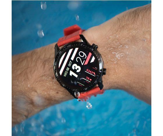 Hombre usando reloj HUAWEI Watch GT 2 en la piscina