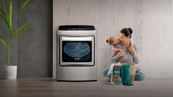 Mamá e hija disfrutando el tiempo mientras termina de secar la ropa