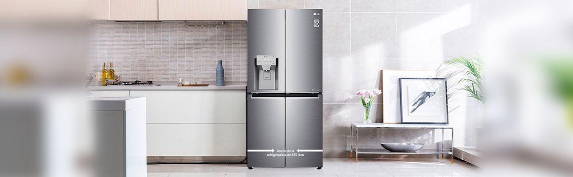 Refrigeradora compacta cerrada en la cocina