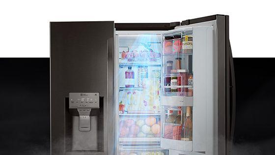 Refrigeradora abierta con aire refrescante en la puerta