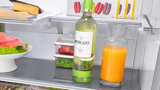 Botellas de jugo en la refrigeradora