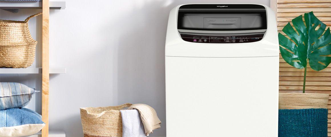Lavadora Whirlpool de 18 Kg carga superior Blanca, ambientada en zona de ropas. WWI18BBBLA - 881969078