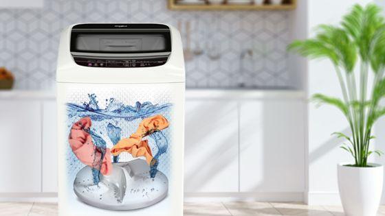 Lavadora Whirlpool de 18 Kg carga superior Blanca, ambientada con vista al interior mientras lava ropa. WWI18BBBLA - 881969078