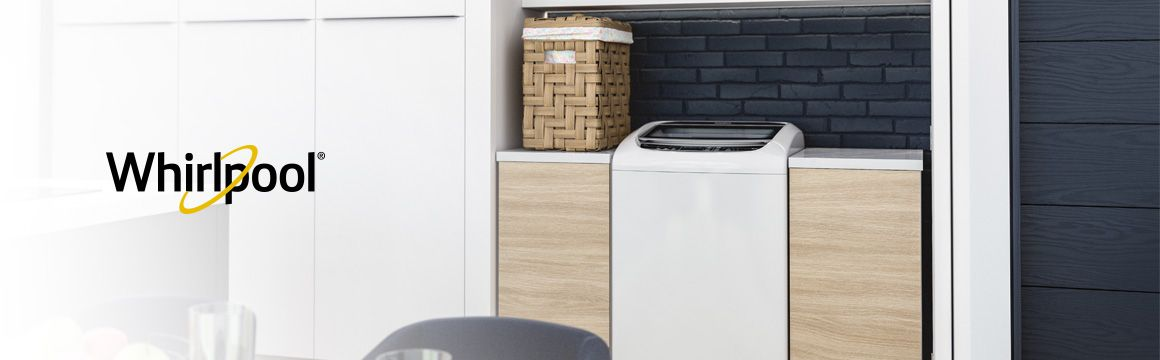 Lavadora Whirlpool de 18 Kg carga superior Blanca, Ambientada en una casa frente al comedor en un espacio adecuado para cuarto de ropas. Se ve muy bien en espacios abiertos a zonas sociales del hogar. WWI18BBBLA - 881969078