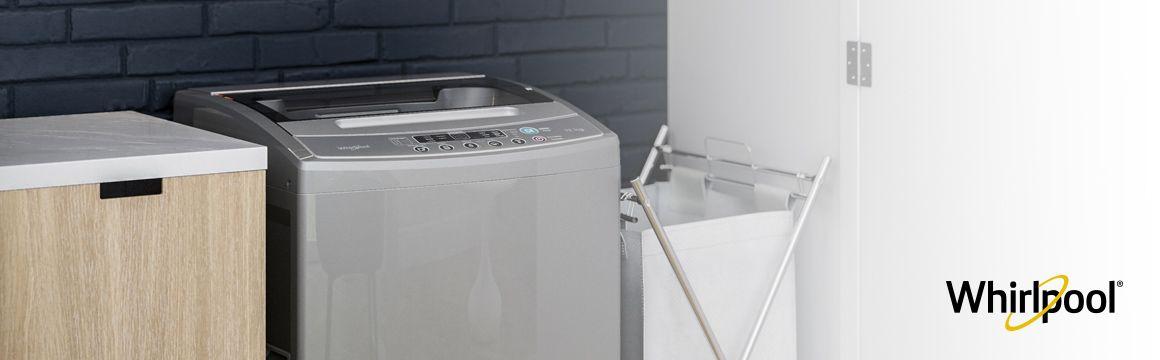 Lavadora Whirlpool de 12 Kg carga superior Gris, Ambientada en un espacio adecuado para cuarto de ropas. Se ve muy bien en espacios abiertos a zonas sociales del hogar. WWI12ASGLA - 881969079