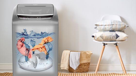 Lavadora Whirlpool de 16 Kg carga superior Gris, ambientada con vista al interior mientras lava ropa.  WWI16BSBLA - 881969082