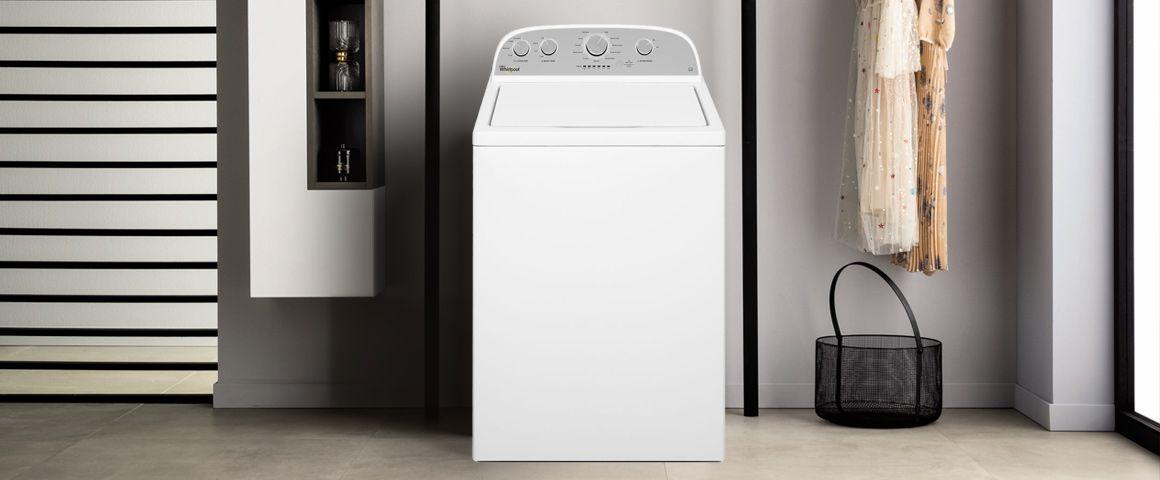 Lavadora Whirlpool carga superior de 15 Kg color Blanco ambientada en un espacio de hogar. 4GWTW3000FW - 881976439