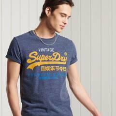 SUPERDRY - Polera con Logo Vintage con Cuello Redondo Look Sastre Hombre