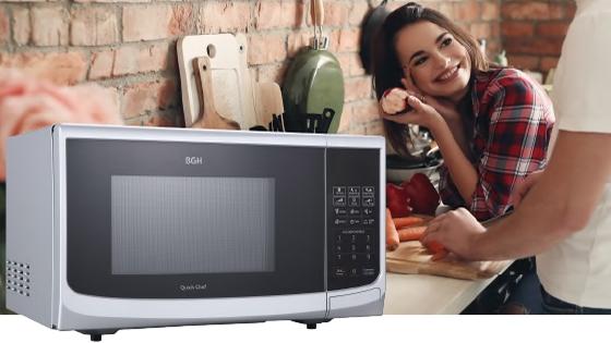 Microondas BGH en una cocina con una mujer observando a una persona que cocina.