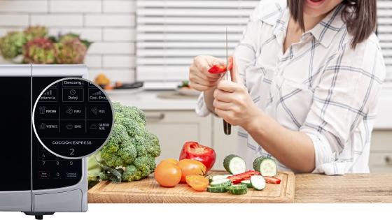 Microondas BGH junto con verduras en una mesada.