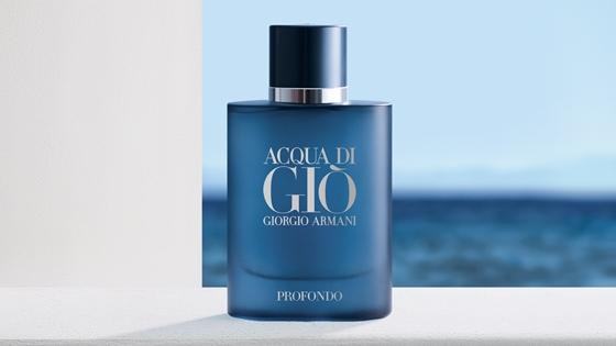 Botella frasco Acqua di Giò Profondo sobre el mar balcón Armani