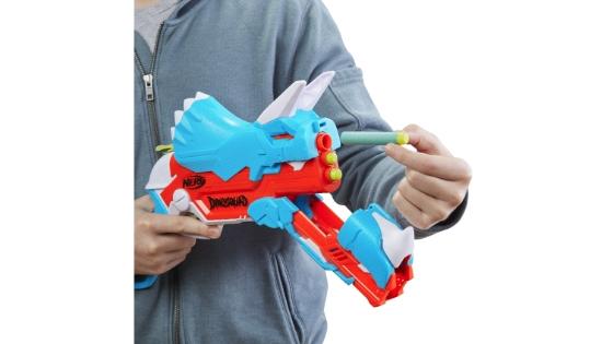 Nerf DinoSquad - Lanzador Tricera-blast - Recarga 3 dardos, 12 dardos Nerf, portadardos - Diseño de dinosaurio triceratops