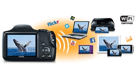 Conecta un dispositivo inteligente compatible y comparte fácilmente con un solo toque gracias a la conexión Wi-Fi con NFC. Utiliza la Sincronización de Imágenes para realizar una copia de seguridad automática en servicios en la nube y consigue grandes imágenes de grupo utilizando la función de disparo remoto inalámbrico desde el dispositivo inteligente. El botón Wi-Fi permite acceder rápida y fácilmente a las funciones de Wi-Fi.
