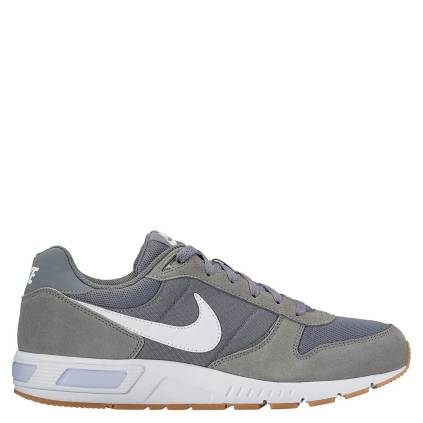 56c9dc6d057 Nike. NIGHTGAZER Zapatilla Hombre Urbana