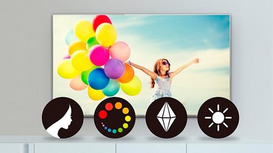 Foto niña con globos de muchos colores