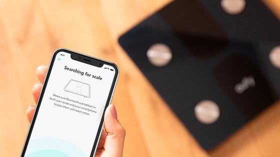 Automatiza y haz seguimiento a los registros esenciales de tu salud corporal. La increíble pantalla LED y sus números grandes permiten una fácil lectura a distancia.