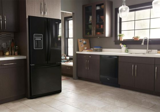 Elegante nevera Whirlpool French Door Bottom Mount color negro.
