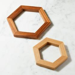 Crate & Barrel - Set x2 Posacaliente Hexagonal en Madera