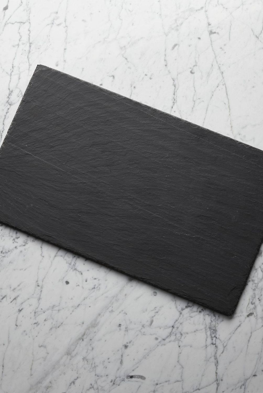 Crate & Barrel - Tabla de Pizarra para Quesos de 51cm x 30cm