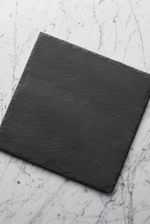 Crate & Barrel - Tabla de Pizarra para Quesos de 30cm x 30cm