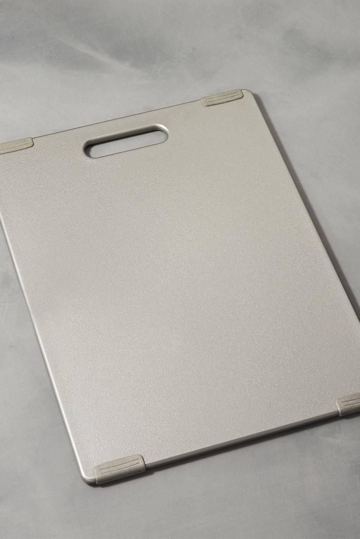 Crate & Barrel - Tabla de Cortar Reversible Antideslizante Peltre Jelli