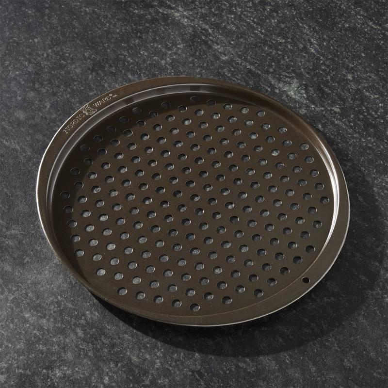 Crate & Barrel - Bandeja Perforada para Pizza Nordic Ware
